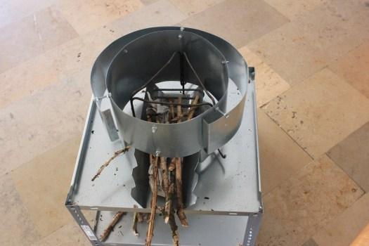 Der Holzsparkocher spart bis zu 95% Holz ein.
