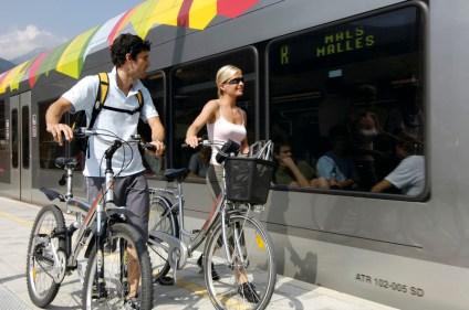 Die Vinschger Bahn bringt Radfahrer von Meran bis nach Mals