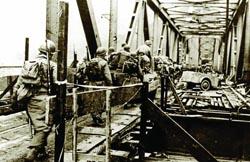 Infantes NorteAmericanos cruzando el puente