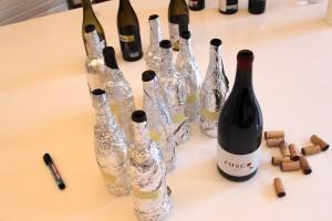 """... und die Rotweine. Den """"Fusco"""" mussten wir aus ersichtlichen Gründen nicht """"tarnen"""", der Winzer bestand darauf uns eine Magnum-Flasche mitzugeben. Genutzt hat es ihm schließlich nicht."""