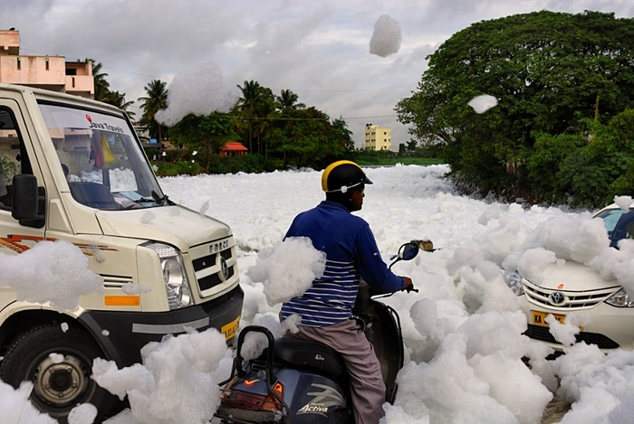 Traffic comes to a standstill because of the toxic foam