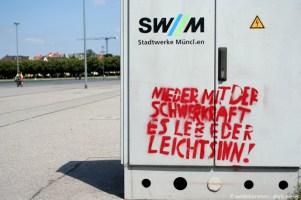 München_Theresienwiese_Nieder_mit_der_Schwerkraft_Es_lebe_der_Leichtsinn!