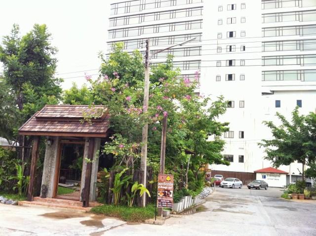ร้านอยู่หลังโรงแรมราชพฤกษ์ ที่จอดรถเพียบ