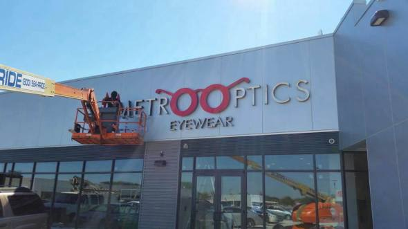 Back in September, we happened to be in the neighborhood and spotted Metro Optics Eyewear's sign being installed at their flagship location at Throggs Neck / ©welcome2thebronx.com