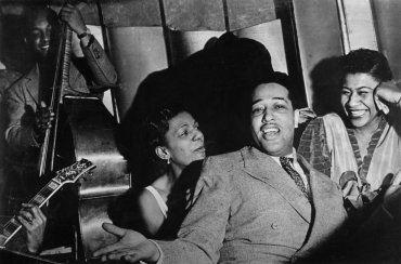 1938 - Hayes Alvis, Ivie Anderson, Duke Ellington & Ella Fitzgerald on the Savoy Ballroom bandstand. Source: Magnum Photos (Reference PAR59937)