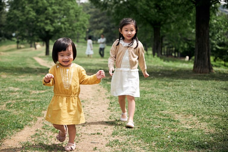 Sisters walking together - family photography Seoul