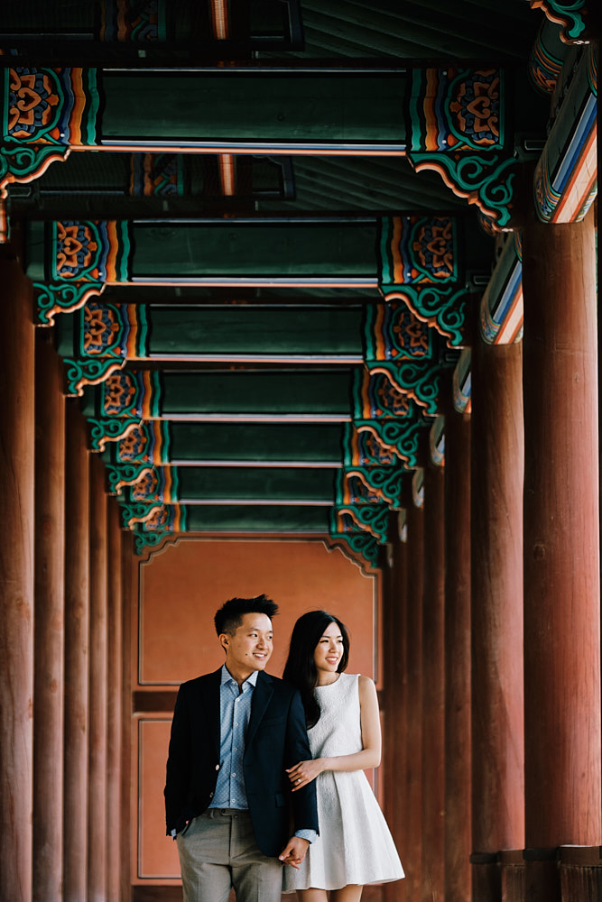 Rows of pillars provide the perfect light for a pre-wedding photoshoot