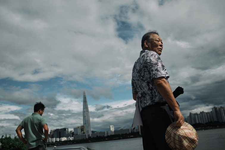 Lotte Tower and Maskless Man