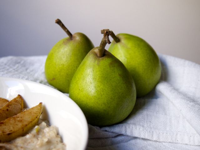 Sweet oat porridge with pears and cinnamon <3 (gluten and dairy free)