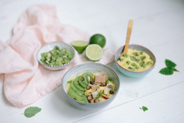 Lovely polenta porridge with kiwi, lime and lemon balm