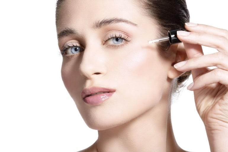 Anwendung Antifaltenserum im Gesicht
