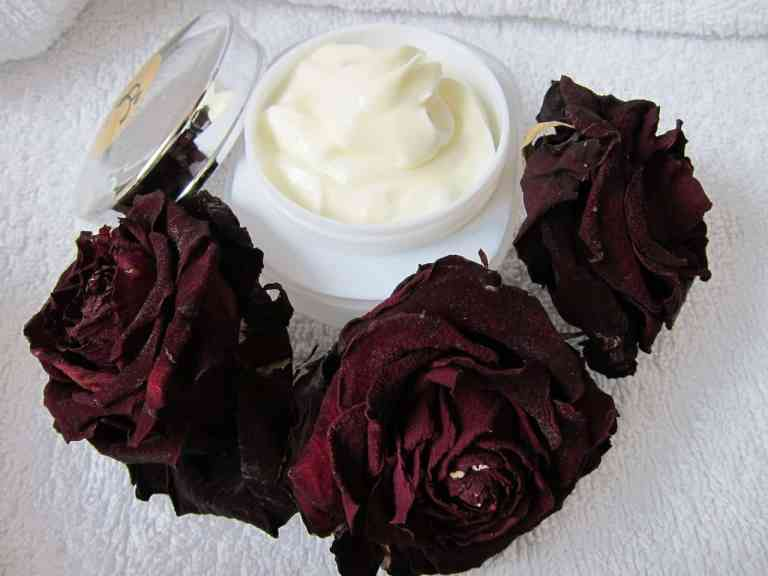 Creme im Tiegel mit Rosen dekoriert