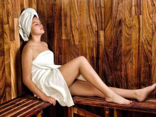 Frau sitzt in der Sauna
