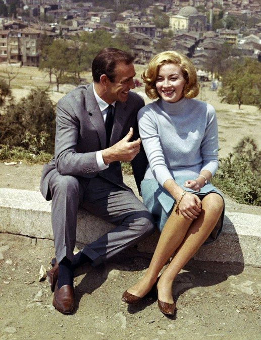 Daniela Bianchi and Sean Connery are relaxing on a hilltop on the last day of the film set.