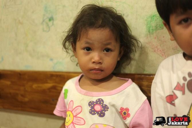 tasha may_we love jakarta_welovejakarta.com_kids in jakarta_orphanage in cipayung jakarta_turning one at an orphanage_happy birthday jakarta