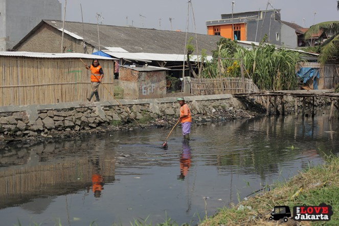 Workers cleaning the river in Kalibaru_Tasha May_welovejakarta_We Love Jakarta_Rachel House_Kalibaru North Jakarta