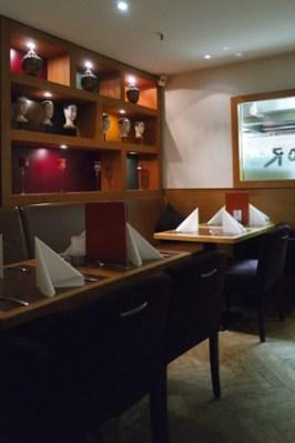 Teilweise sind die Tische eingedeckt: Das Roses ist Restaurant und Bar in einem