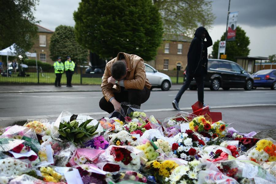 <br />Trauer in Woolwich: An dieser Stelle kam der britische Soldat ums Leben. Der Ort ist jetzt mit Blumen geschmückt, an denen ein Mann trauert<br />