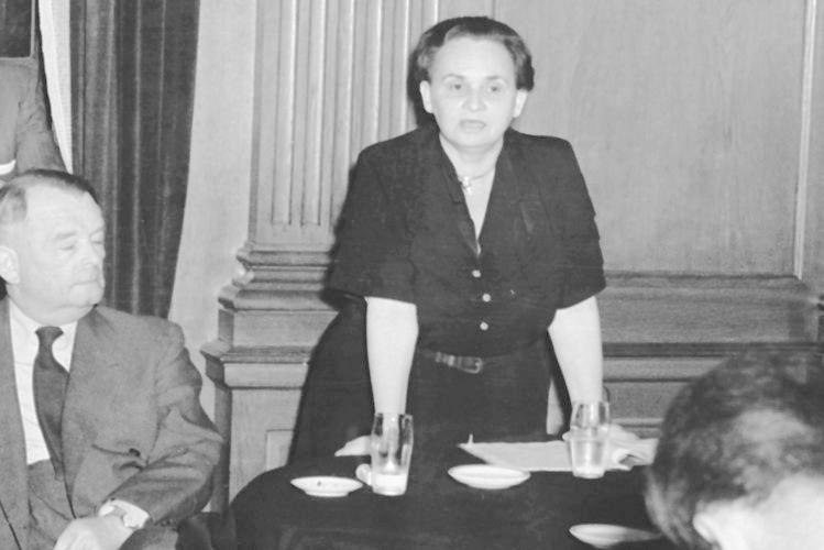 """Nicht jeder wohnte freiwillig im """"Lux"""". Ruth Fischer etwa mußte dort zehn Monate bleiben, nachdem sie von Stalin 1925 als KPD-Vorsitzende entmachtet und ausgeschlossen worden war. Wegen solcher Fälle wurde das """"Lux"""" auch """"Goldener Käfig der Komintern"""" genannt."""