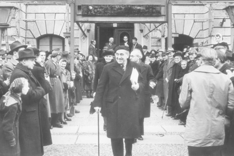 Die Gästeliste des Hotels wurde nie veröffentlicht. Dennoch ist bekannt, hinter welchen Pseudonymen sich welche Menschen verbargen: Ernst Friesland etwa wohnte hier, bevor er als Ernst Reuter Bürgermeister von West-Berlin wurde.