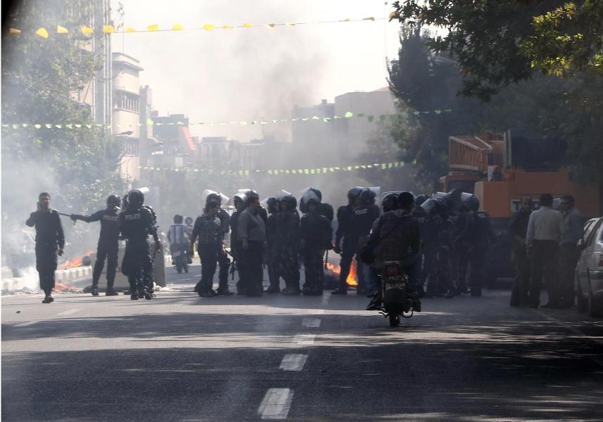 Ein Müllcontainer steht in der Nähe eines Basars in Teheran in Flammen: Hier war es zu gewalttätigen Auseinandersetzungen zwischen Polizei und Demonstranten gekommen