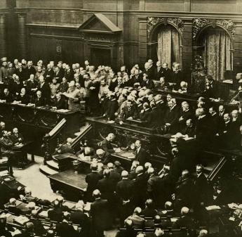 Von der Regierungsbank im Reichstag aus verliest Reichskanzler Theobald von Bethmann Hollweg am 12. Dezember 1916 sein Friedensangebot