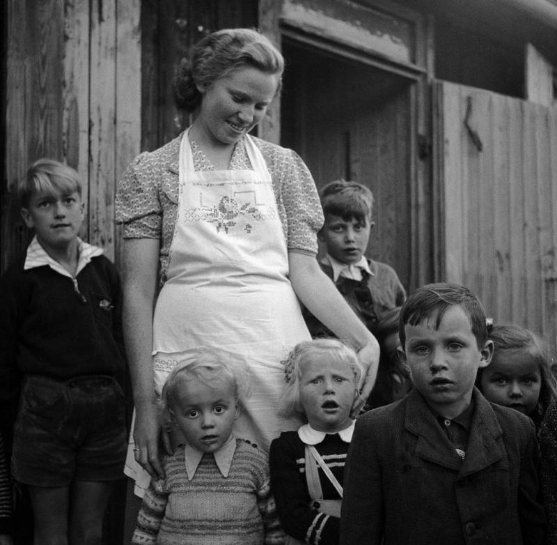 In front of a barrack with refugee children in Germany in the late 1940s: photographer Ré Soupault