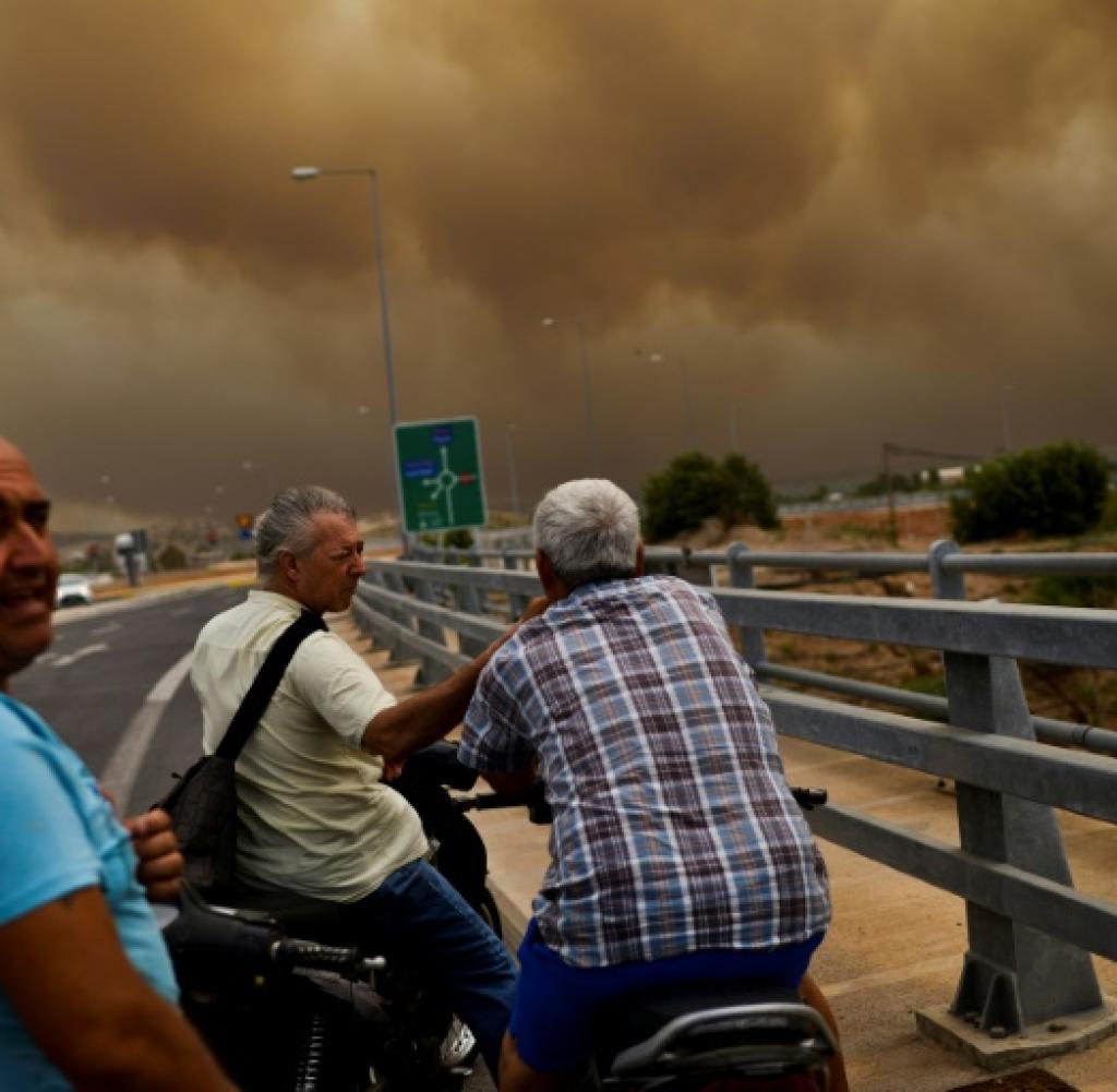 Nuages de fumée sur la région près d'Athènes