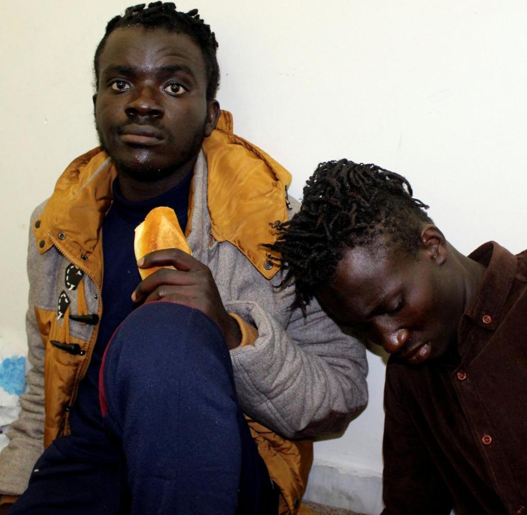 Dos de los hombres que navegaron en el mar durante doce días y sobrevivieron al hundimiento del barco. Todavía están en Libia.