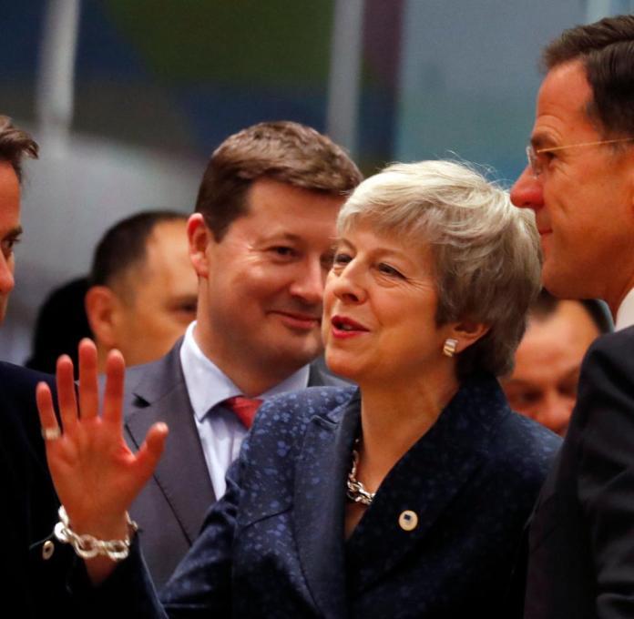 Theresa May, umgeben von den niederländischen Staatschefs und Luxemburg in Brüssel