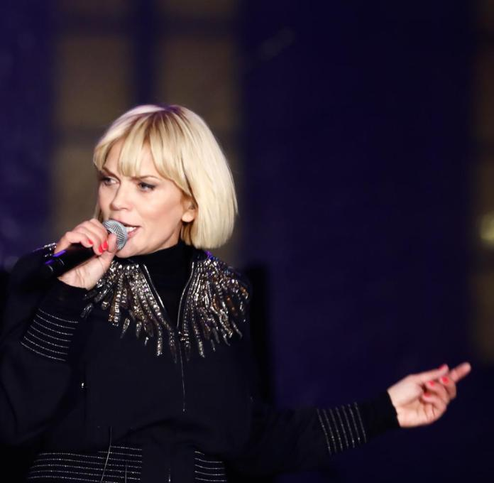 Anna Loos stands on stage and sings on the festival stage at the Brandenburg Gate
