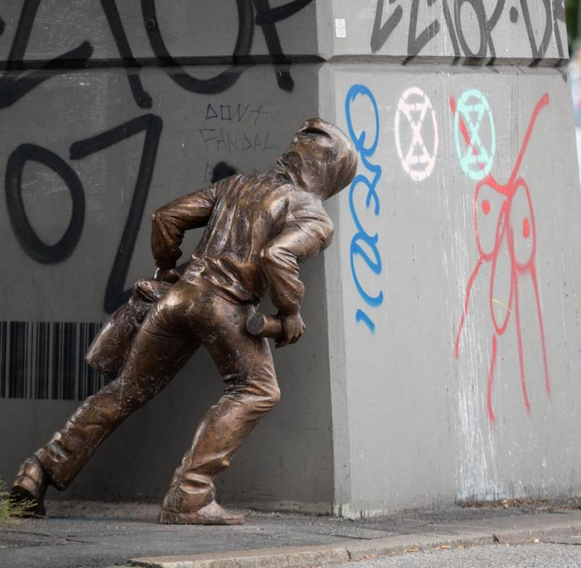 Mysterious bronze man at the Rödingsmarkt in Hamburg