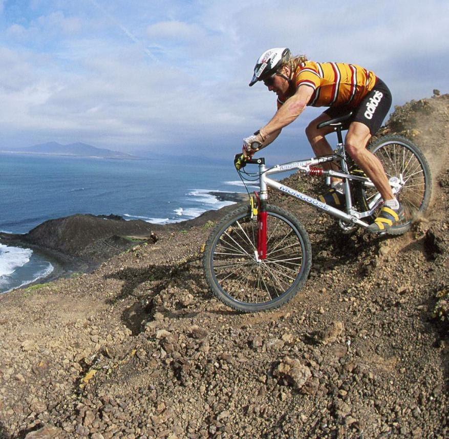 Cycling in the Canary Islands: Mountain bike climbing on Fuerteventura