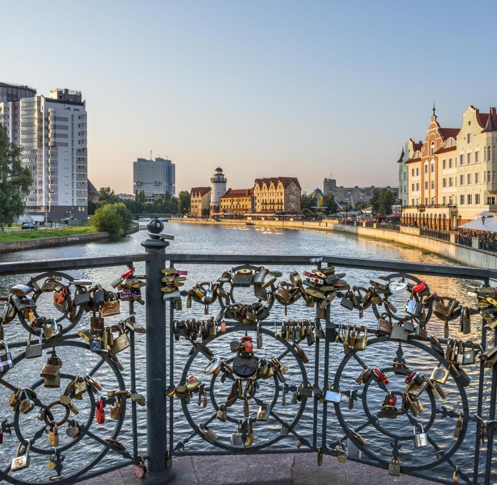 View from the Kaiserbrücke to the Fischdorf: The newly built district in Kaliningrad with a lighthouse and pseudo-half-timbered works looks German, but is an invention of Russian city planners