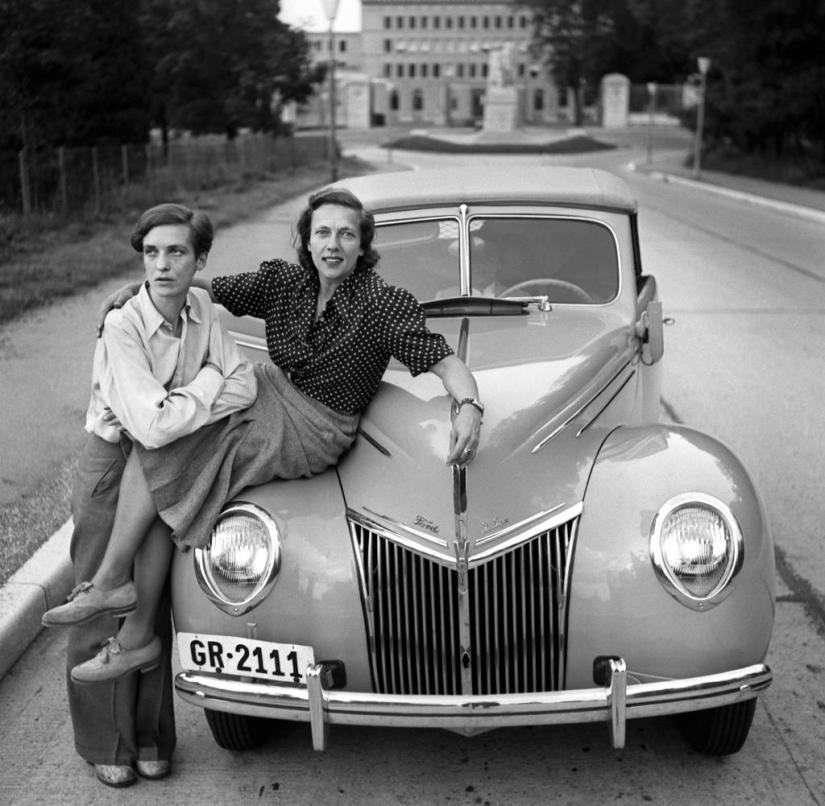 Annemarie Schwarzenbach (left) and her friend Ella Maillart pose in Switzerland in May 1939 next to their Ford, with which they want to travel to Afghanistan