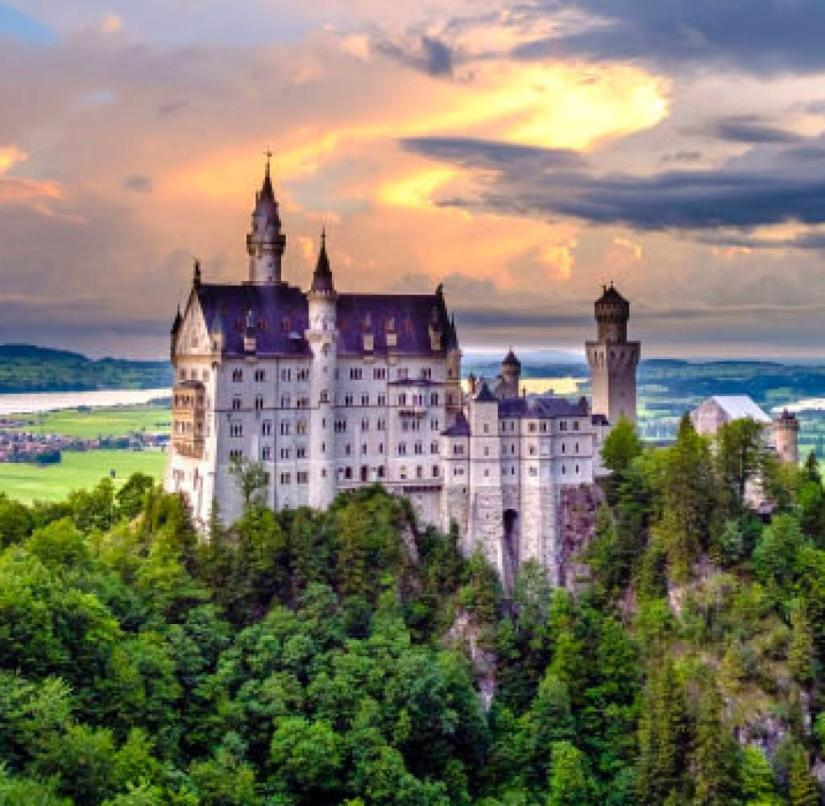 Neuschwanstein Castle was built for King Ludwig II of Bavaria from 1869.  It corresponds to the idealized idea of ​​a knight's castle from the Middle Ages