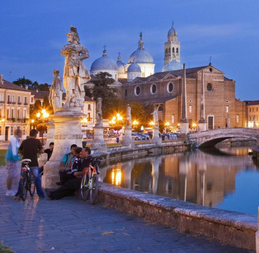 Padua (Italy): The Prato della Valle is one of the largest and most romantic squares in Europe - but hardly known