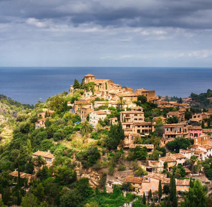 Mallorca: The place Deià with its fantastic location near the coast also attracted many artists