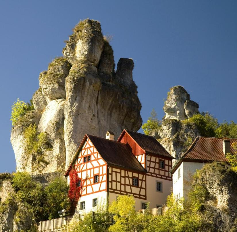 Franconian Switzerland (Bavaria): Next to the old half-timbered house in Tüchersfeld, a Jura rock rises up