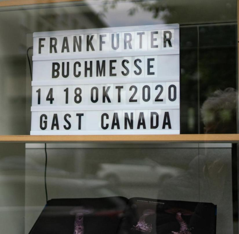May 25, 2020, Hessen, Frankfurt / Main: A sign with the date of this year's book fair is in a window in the building of the Börsenverein des Deutschen Buchhandels in Braubachgasse in Frankfurt.  The Frankfurt Book Fair is to take place this autumn despite the corona pandemic.  The book fair's supervisory board decided on Wednesday (May 27th, 2020).  The plan is to have the book show from October 14th to 18th, 2020 on the exhibition grounds, decentralized in the city and at the same time virtually.  Photo: Frank Rumpenhorst / dpa +++ dpa-Bildfunk +++
