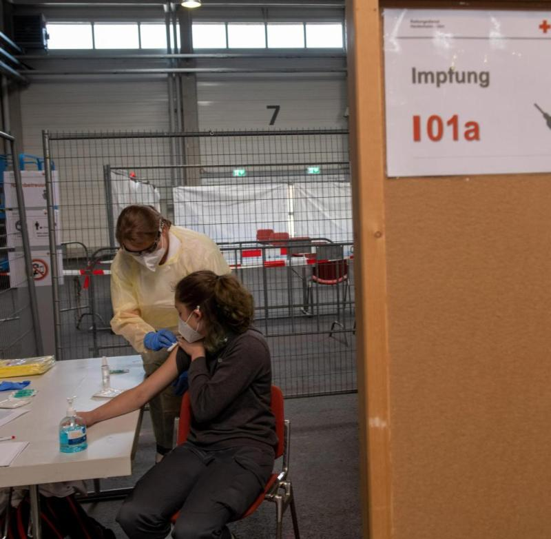 "ARCHIVE - November 21, 2020, Baden-Württemberg, Ulm: Dorothea Gansloser (l) and Kim Gühler simulate a vaccination in the exhibition center.  The German Red Cross tried out the procedure for vaccinating a corona vaccine in the vaccination centers planned for the state of Baden-Württemberg.  In Ulm, it should be possible to vaccinate up to 120 people per hour.  (to dpa: ""Centers for mass vaccination cost the country almost 60 million euros"") Photo: Stefan Puchner / dpa +++ dpa-Bildfunk +++"