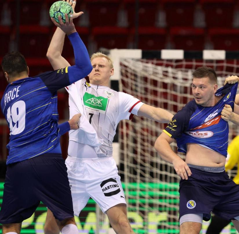 In the struggle for the ball: Patrick Wiencek (2nd from left) and Finn Lemke (right) during the game against Bosnia-Herzegovina