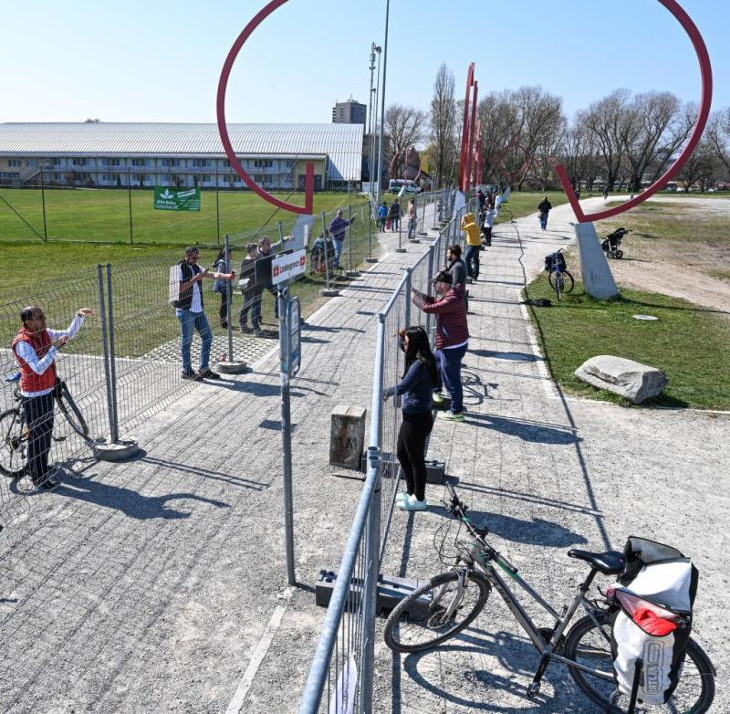 The border barrier was reinforced by a second fence, so that direct contact is excluded