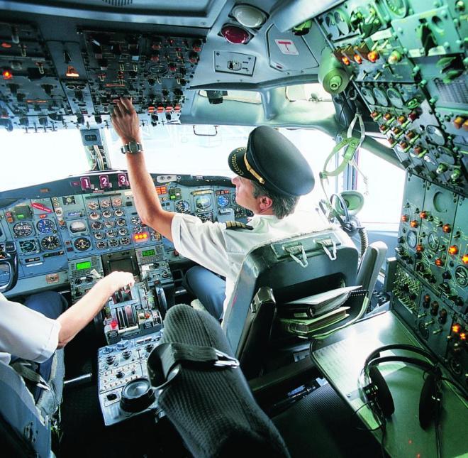 Im Cockpit kann ein verschütteter heißer Kaffee zur großen Gefahr werden