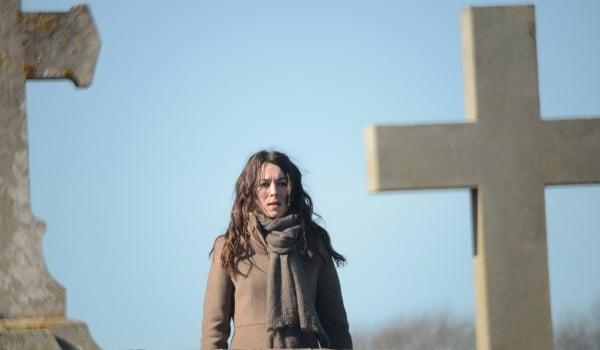 Witnesses - Die Zeugen - Sandra Winckler am Friedhof