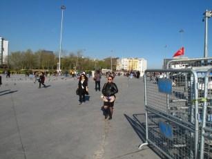 Taksimplatz mit Minirock und Absperrgittern