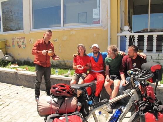der Gastgeber in rotem Overall hat lange in Hamburg gelebt und ist nun seit drei Jahren mit deutscher Frau und zwei kleinen Kindern zurück