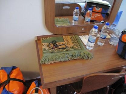 Bei uns liegt häufig eine Bibel im Hotelzimmer, hier zum erstenmal gesehen: Gebetsteppich und Rosenkranz