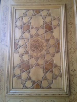 Pentagramm an einer Tür, das das Böse fernhalten soll; vgl. Faust I!