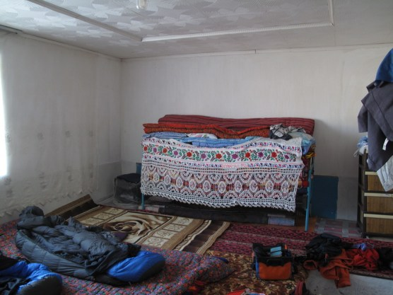 typische Möblierung: Bodenmatten, Decken und ein großer Stapel mehr davon